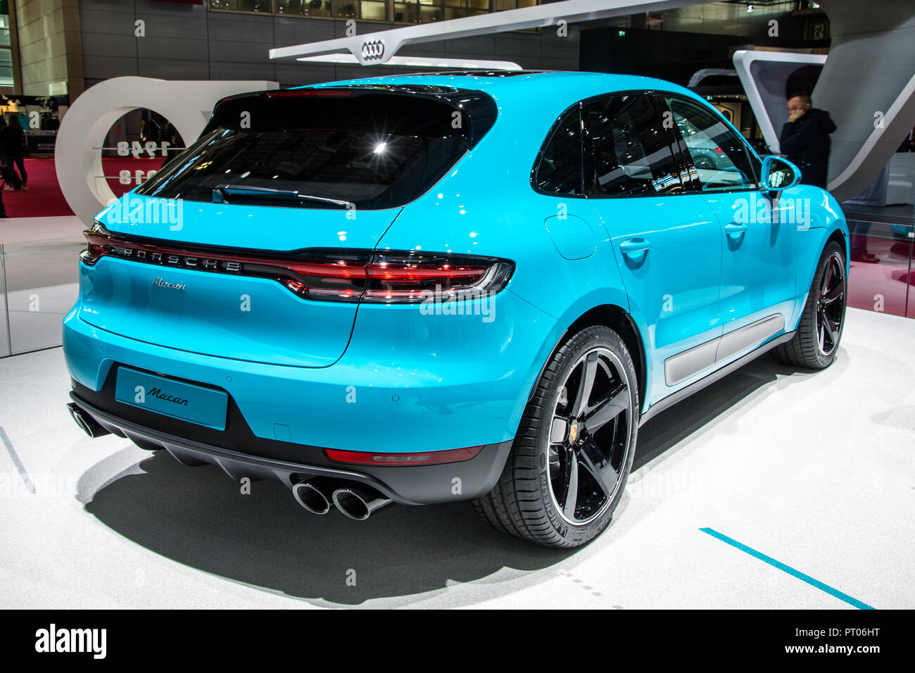 paris okt 3 2018 neue 2019 porsche macan suv auto auf. Black Bedroom Furniture Sets. Home Design Ideas