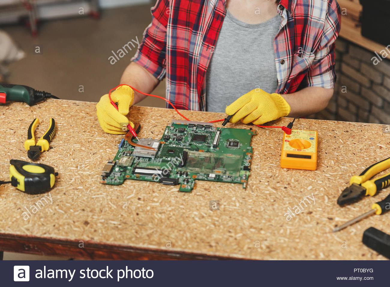Multimeter Für Elektriker Nahaufnahme Der Frau In Gelb