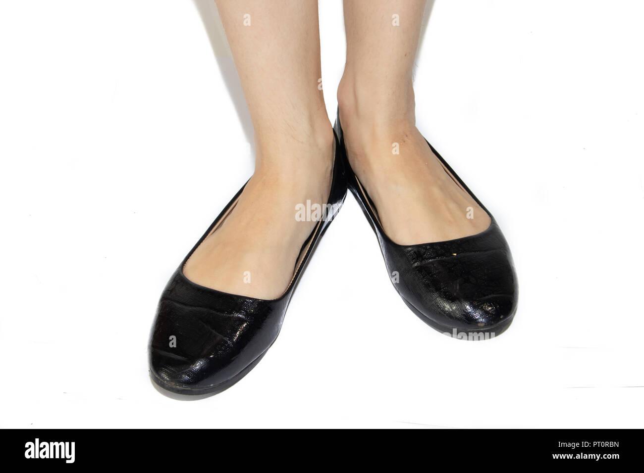 3e7a1f06b36ed Schwarze Ballerinas auf weibliche Beine auf einem weißen Hintergrund.  Damenschuhe. Damen Sommer Schuhe.