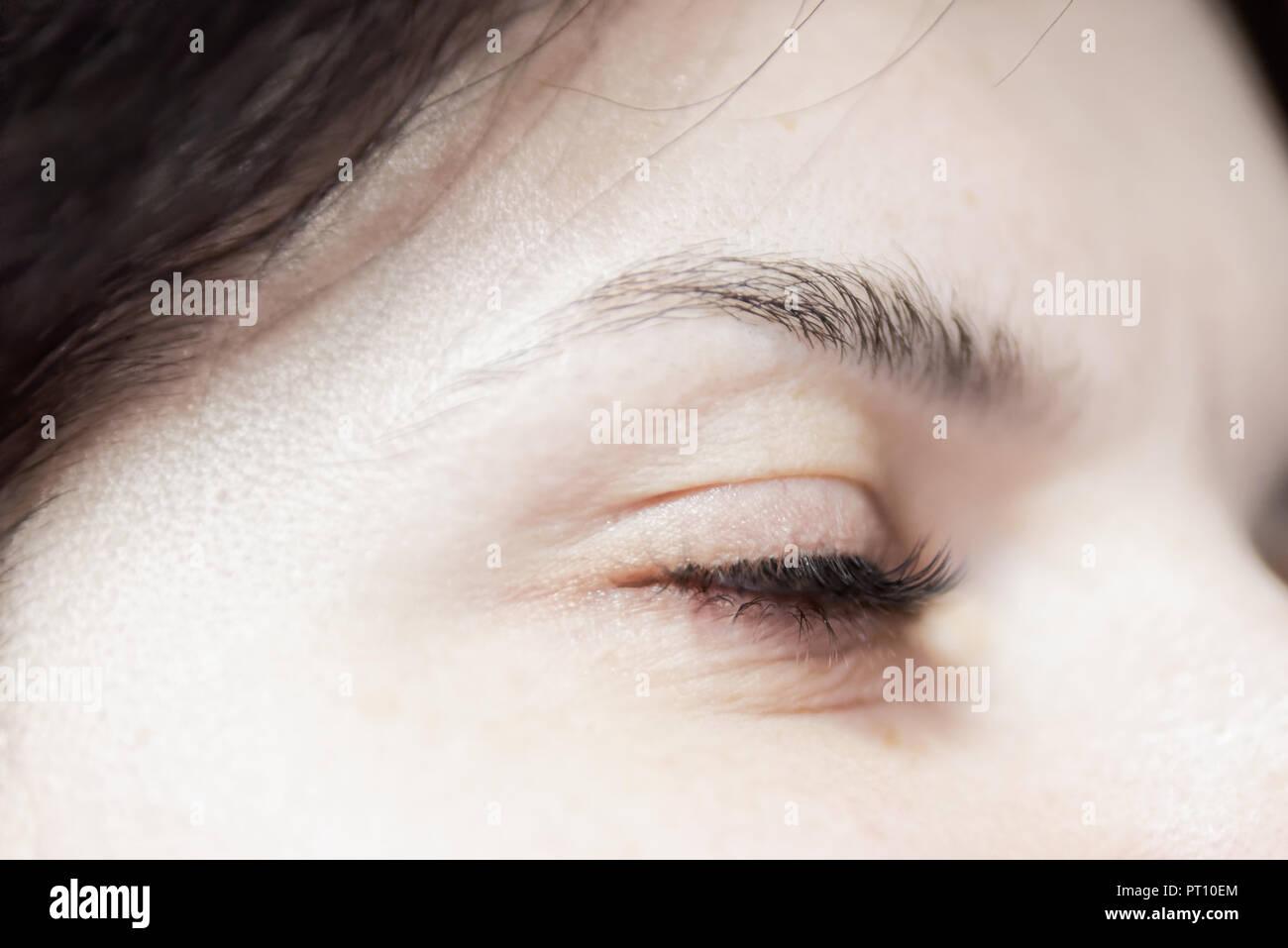 Geschlossen Frau Augen mit langen Wimpern Stockbild