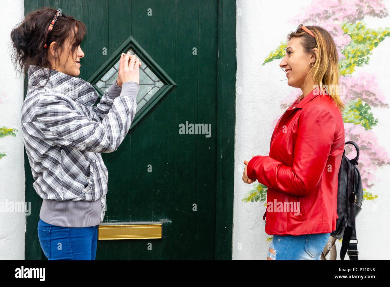 297434a5c4c6ae Zwei Frauen legere Straße Kleidung Stockfoto, Bild: 221298708 - Alamy