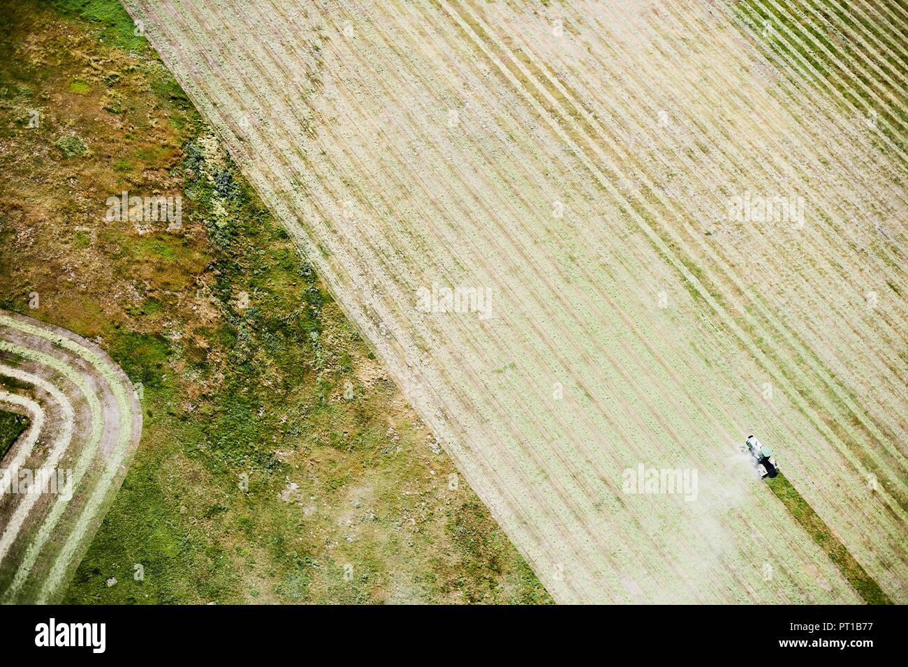 USA, Kontur Landwirtschaft mit Traktor im östlichen Colorado Stockbild