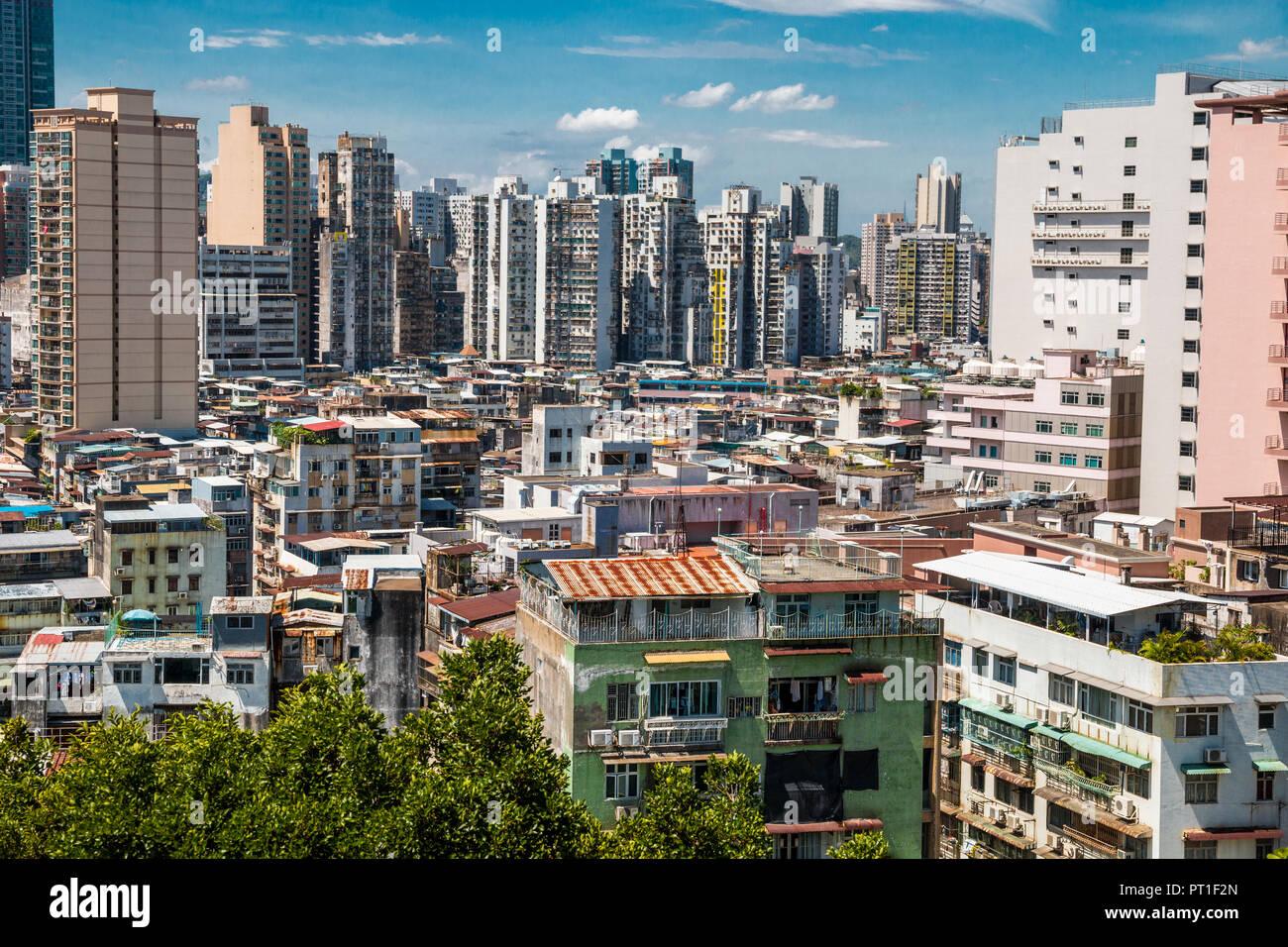 Blick auf die Altstadt in Macau mit mietskasernen Gehäuse im Vordergrund. Die markante Wohnhäuser sind sehr nahe beieinander und zeigt... Stockbild