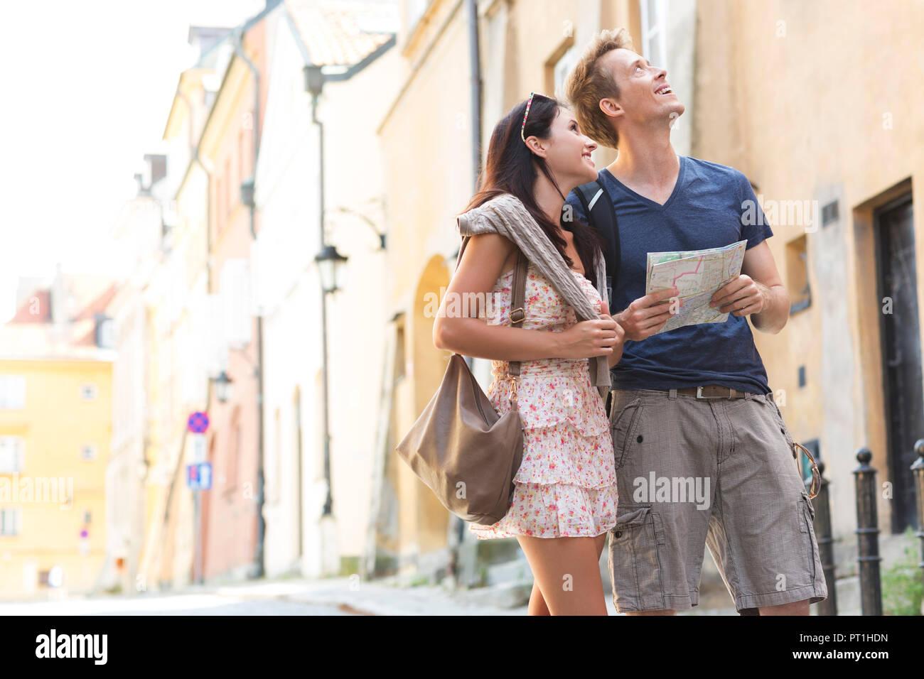 Polen, Warschau, junges Paar auf einer Städtereise Stockbild