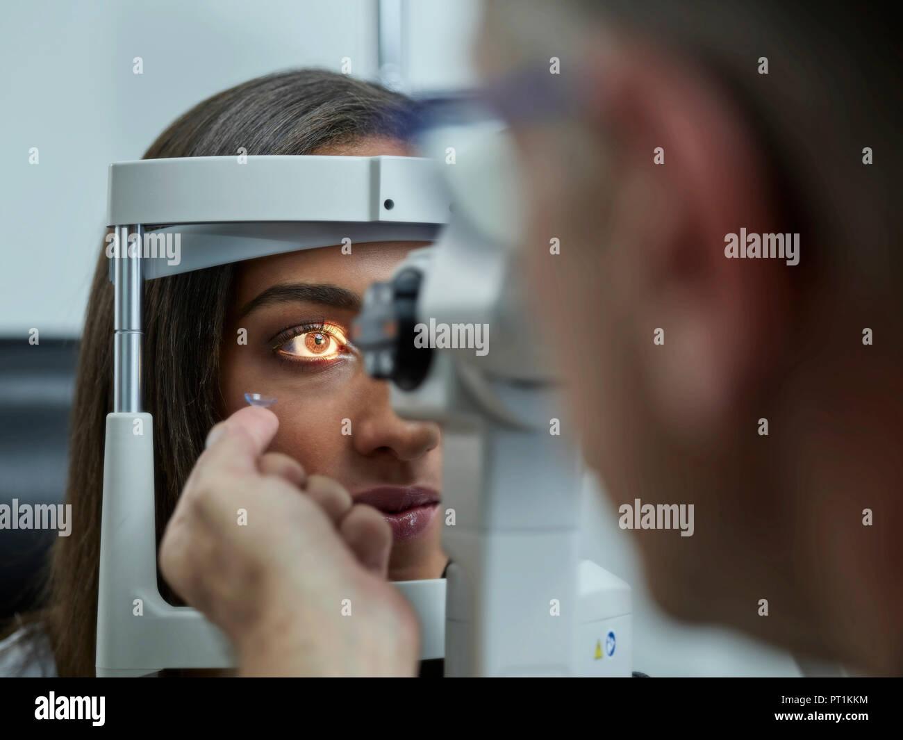 Factory Outlets 50% Preis Designermode Optiker Prüfung der jungen Frau, Augen, Kontaktlinsen auf ...