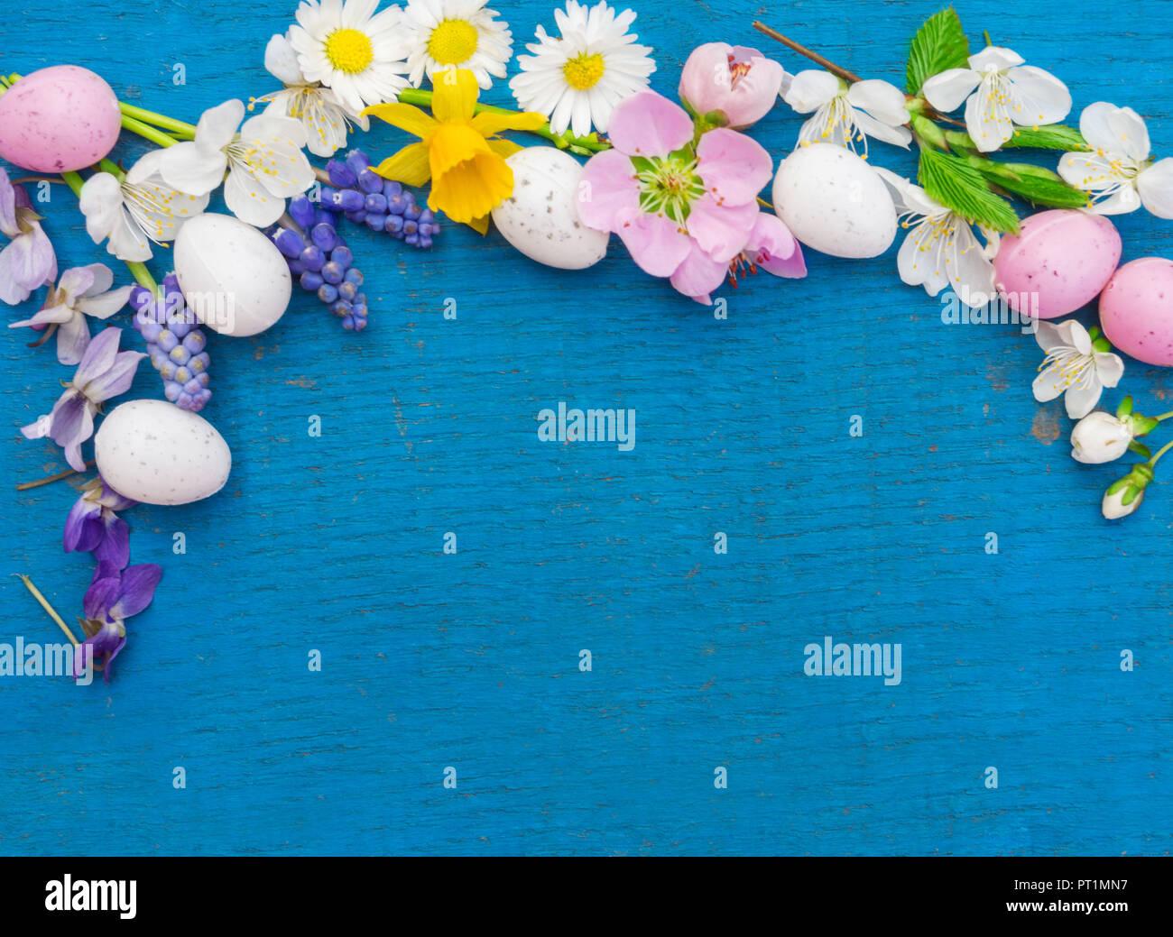 Ostereier Und Blumen Auf Blau Holz Ostern Dekoration Mit Kopie Raum