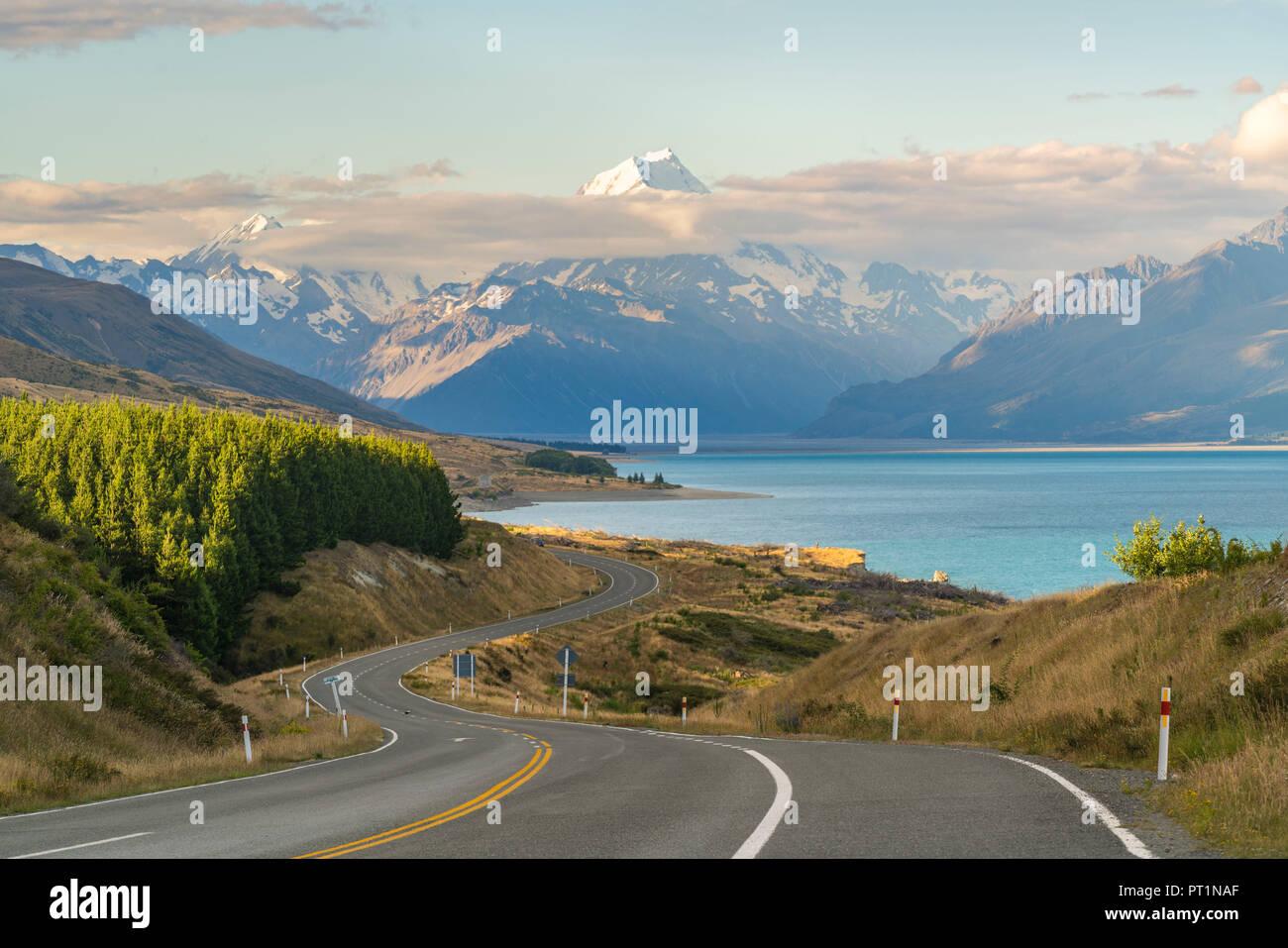 Straße neben Lake Pukaki mit Blick in Richtung Mt. Cook, Ben Ohau, Mackenzie Bezirk, Region Canterbury, Südinsel, Neuseeland, Stockfoto