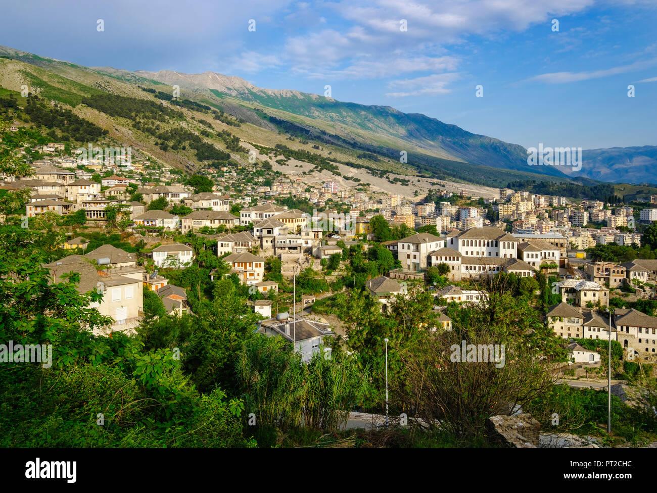 Albanien, Gjirokaster, Stadtblick und Mali i Gjere Berge Stockbild