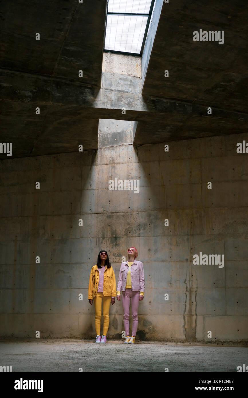 Zwei alternative Freunde auf der Suche nach Acrylglas Stockbild