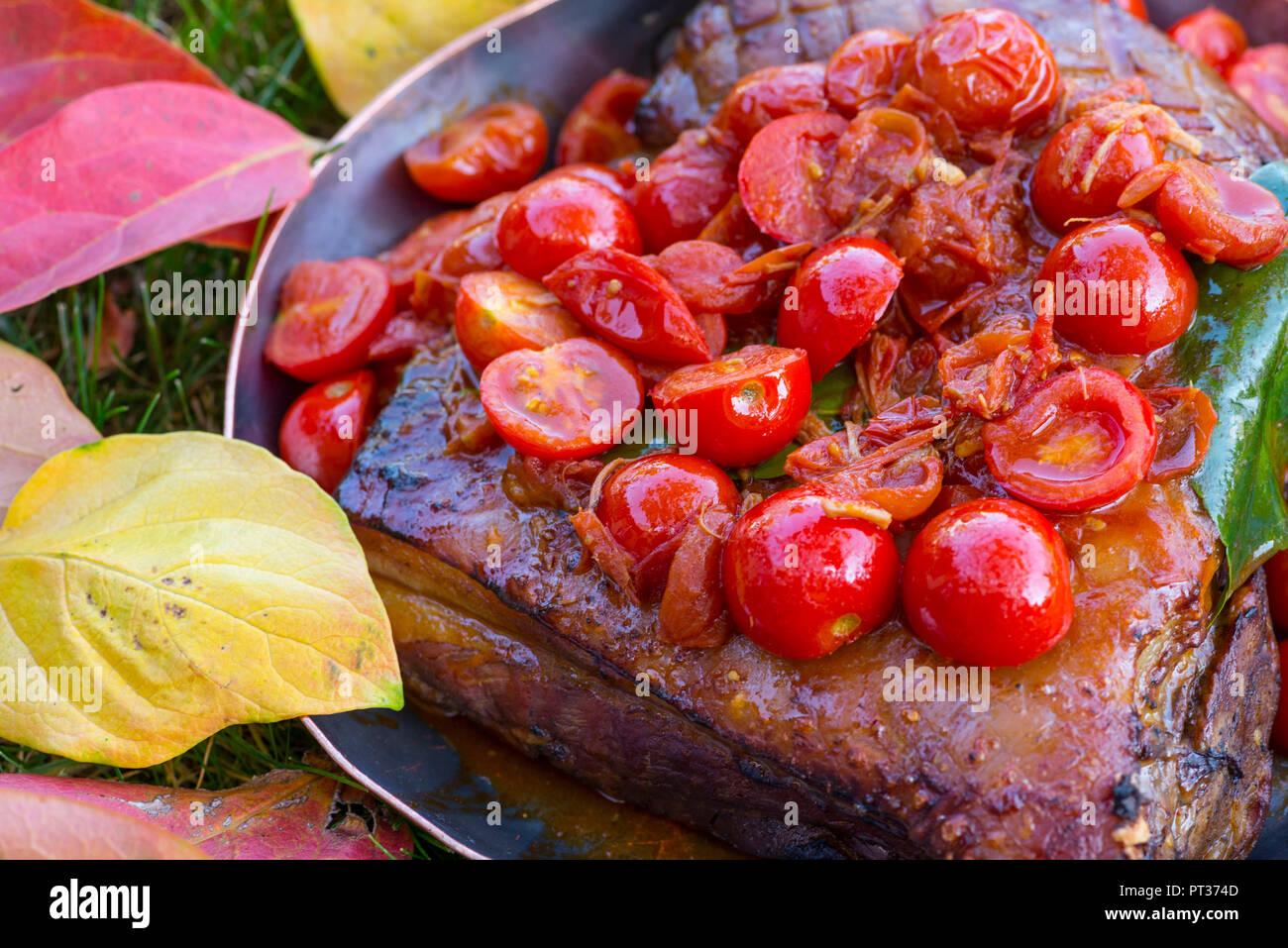 Geschmorten Schweinebauch mit Tomaten, Gericht, das in der Romantik Hotel Turm, Völs am Schlern, Seiser Alm, Eisacktal, Südtirol, Italien Stockbild