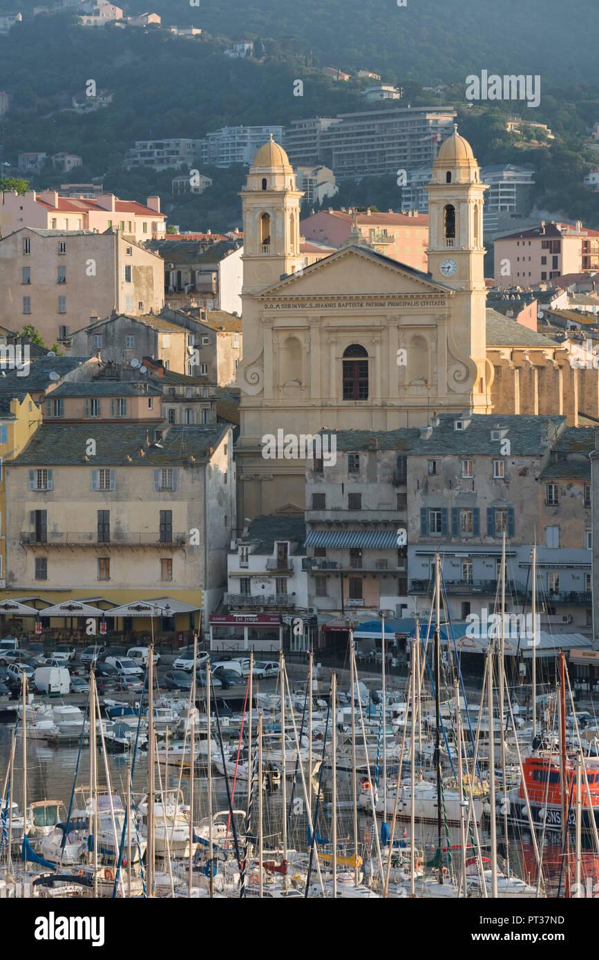 Blick auf den Hafen von Bastia, Paroisse Kirche Saint Jean-Baptiste, Haute Corse, Corsica, Frankreich Stockbild