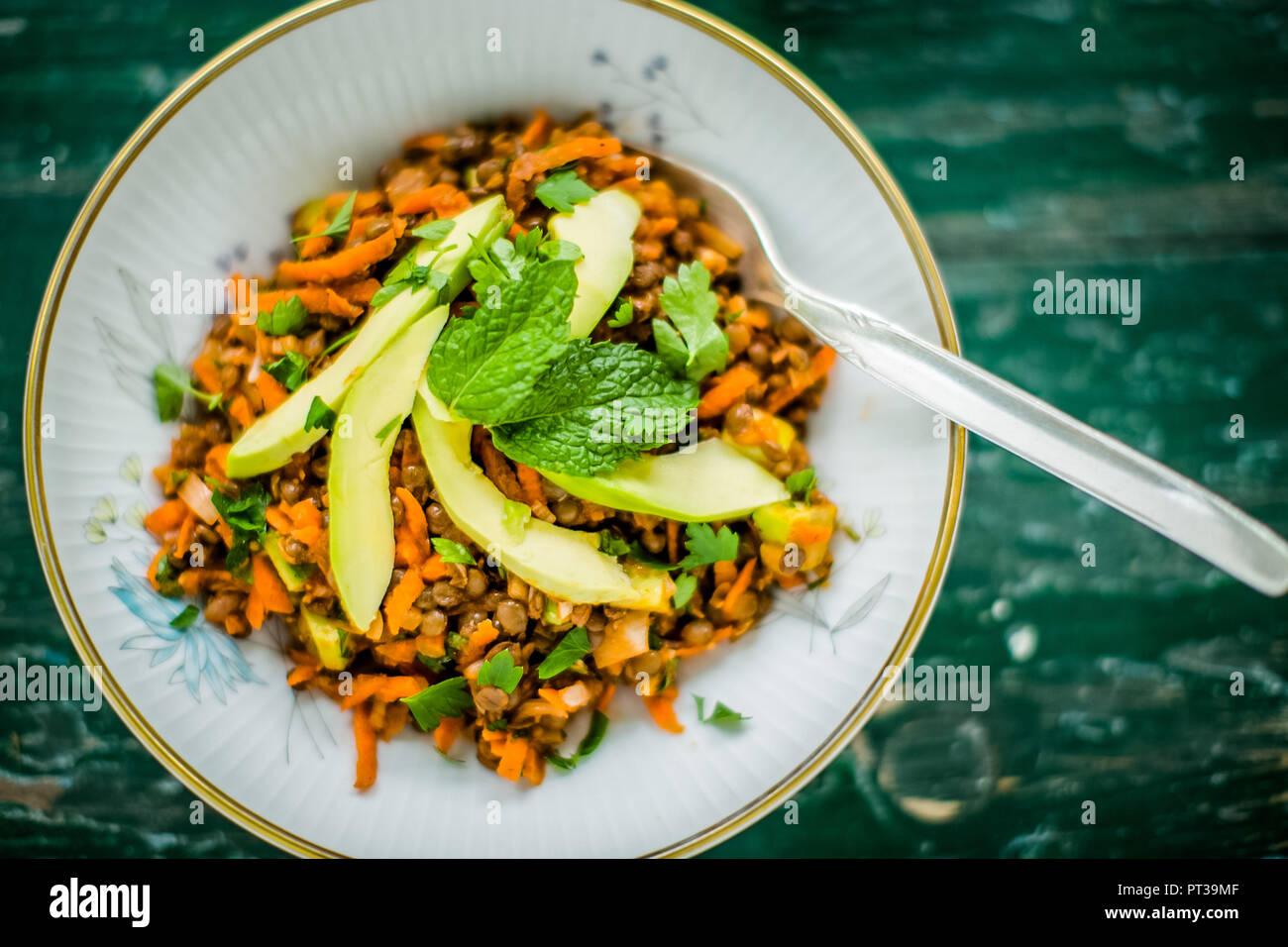 Linsen und Karotten Salat mit Avocado und Minze Stockbild