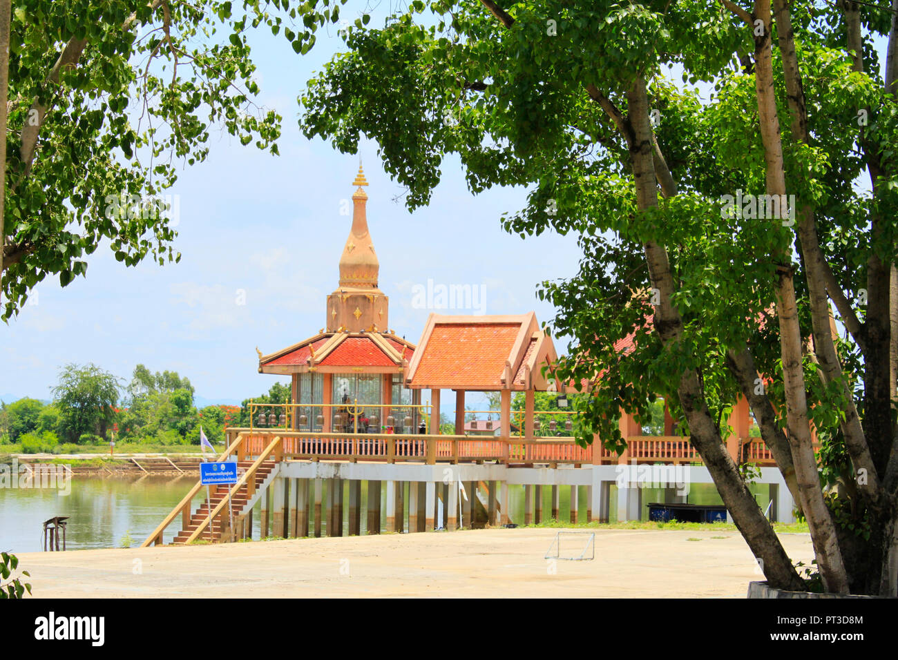 Long Shot der wichtigsten Tempel mit Stufen von Bäumen Buang Sam Phan, Phetchabun, Thailand eingerahmt. Stockbild