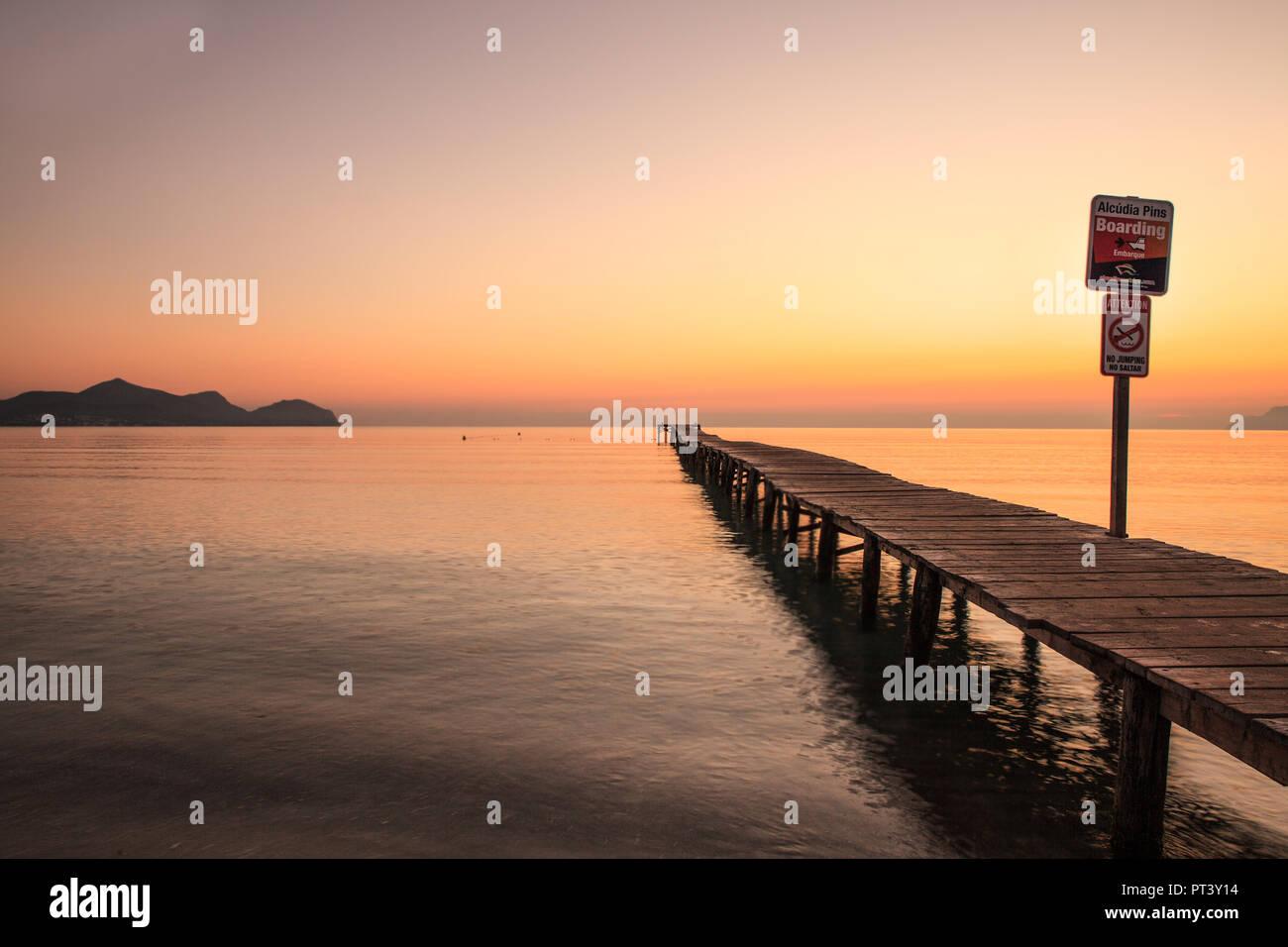 Europa Spanien Nord Mallorca Playa de Muro, langer Holzsteg in der Bucht von Alcudia bei Sonnenaufgang Stockbild