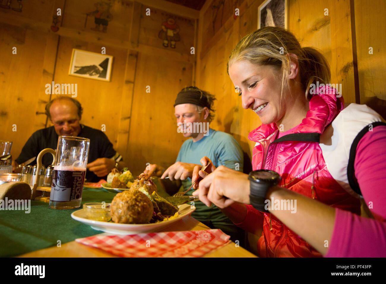 Bergsteiger an Tiroler Spezialitäten in den Kaunergrat Hütte Kaunergrat, Ötztaler Alpen, Tirol, Österreich Stockbild