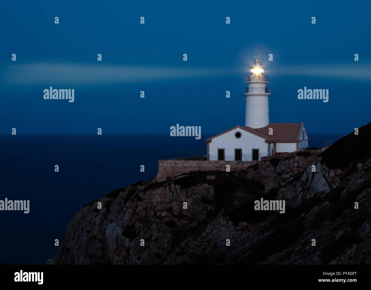 Leuchtturm von Capdepera, Cala Ratjada, Mallorca, Balearen, Spanien, Europa bei Nacht mit Leuchtstrahlen Stockbild
