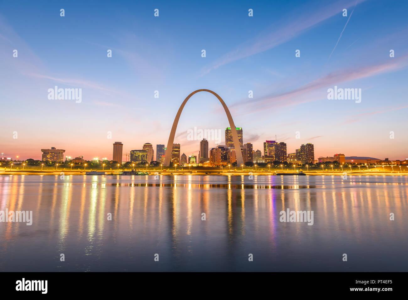 St. Louis, Missouri, USA downtown Stadtbild mit dem Bogen- und Gerichtsgebäude in der Abenddämmerung. Stockbild