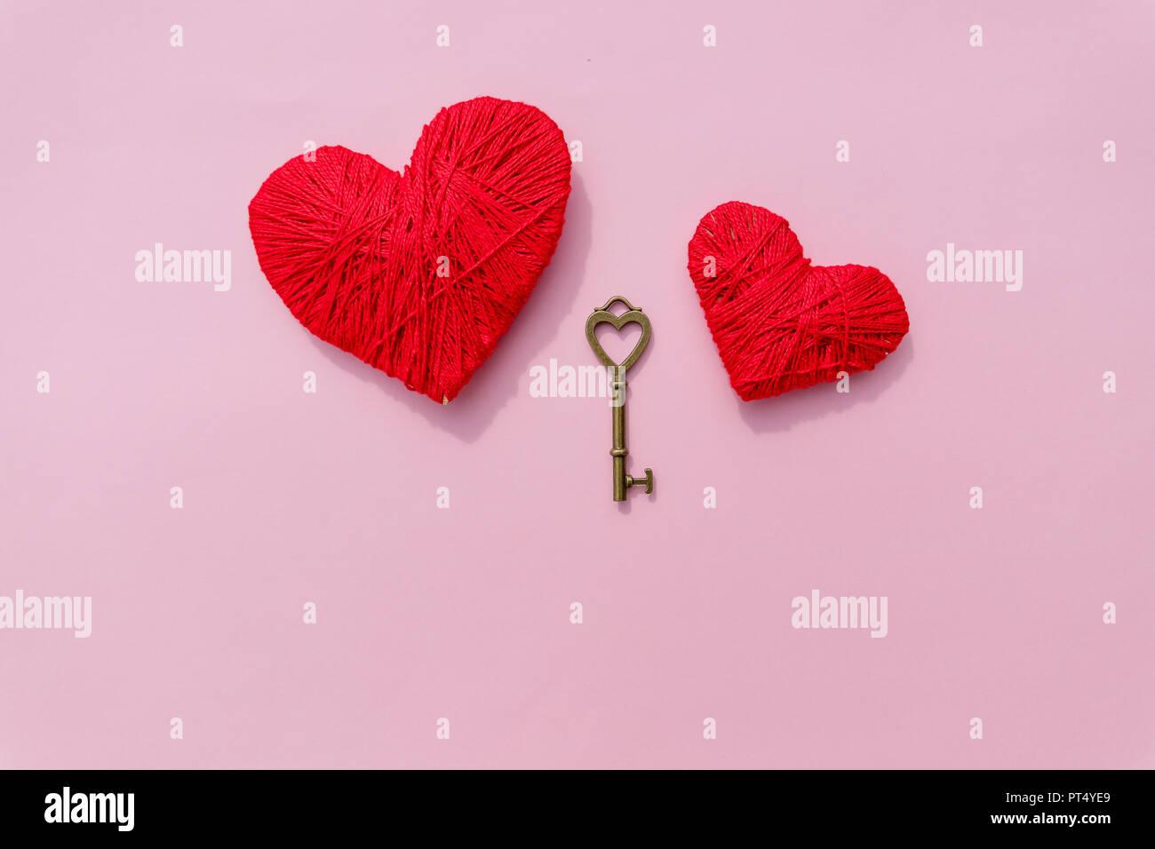Schlussel Zu Liebe Rote Herzen Bunte Garne Herz Auf Rosa