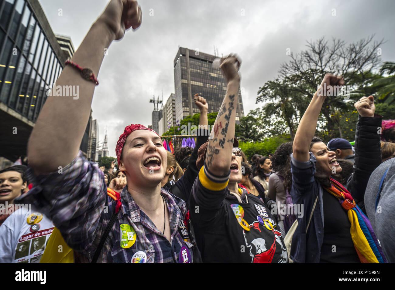 Sao Paulo, Brasilien. Oktober 6, 2018 Demonstranten teil in Frauen protestieren gegen brasilianischen Rechten Präsidentschaftskandidaten Jair Bolsonaro durch eine Social Media Kampagne unter dem Hashtag #EleNao (Nicht Ihn) in Sao Paulo, Brasilien genannt, am 6. Oktober 2018. - Die Bewerber vying Brasilien die nächsten Präsidenten werden die letzten verzweifelten Versuche unentschiedene Wähler vor einer Runde Wahl Sonntag, der eine polarisierende Rechtsextreme Politiker, Jair Bolsonaro anzuflehen, wird bevorzugt zu gewinnen. (Bild: © Cris Fafa/ZUMA Draht) Stockfoto