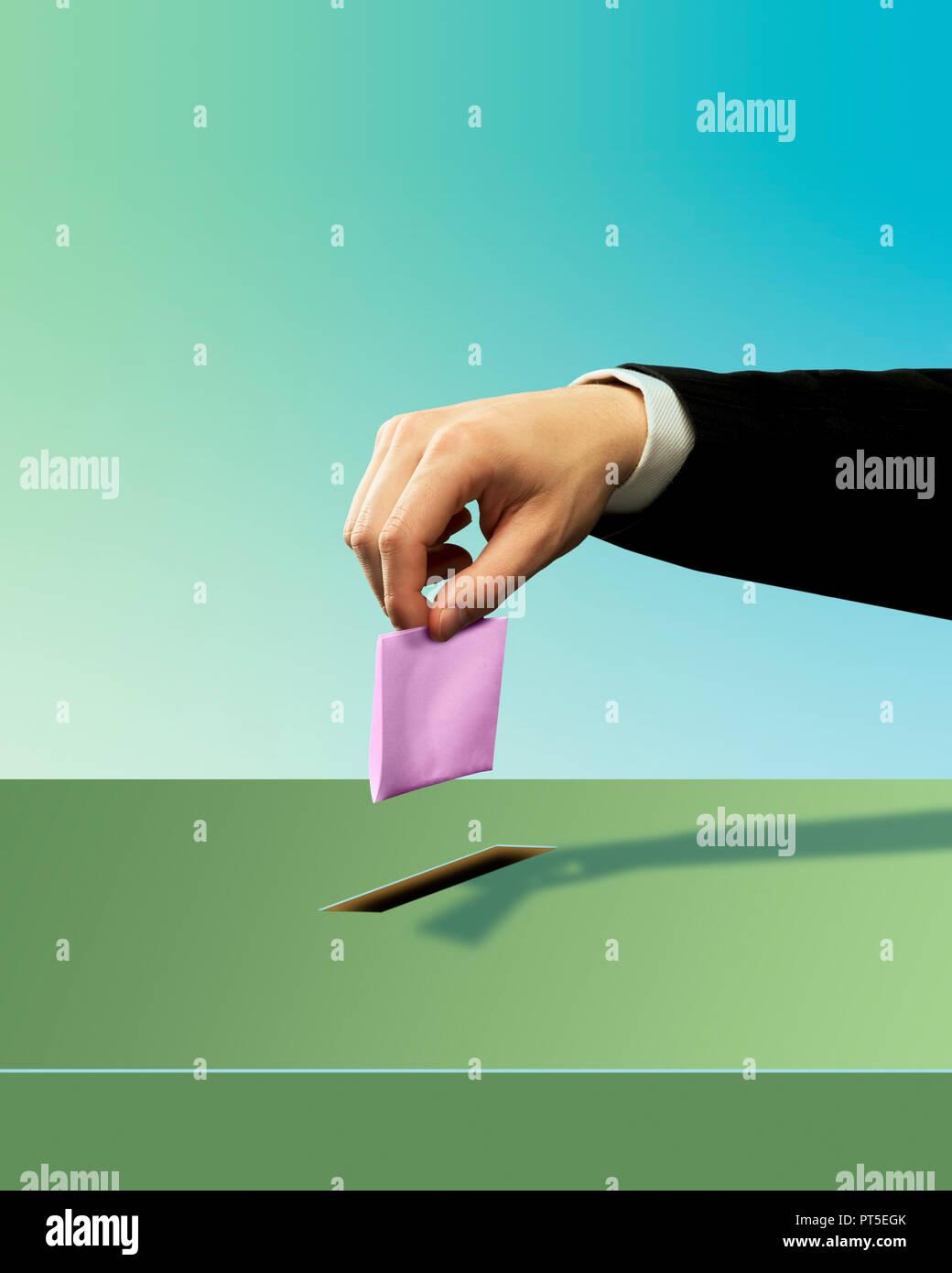 Konzept ein Mann die Hand Abfallen einen Rosa Stimmzettel, Wahlurnen, Abstimmen, Abstimmung, Wahlen, Frau Kandidat Stockbild