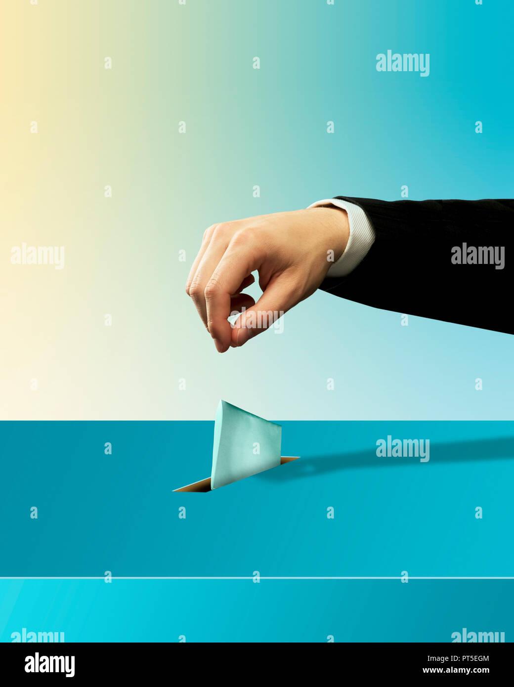 Konzept ein Mann die Hand Abfallen einen Stimmzettel, Wahlurnen, Abstimmen, Abstimmung, Wahlen Stockbild