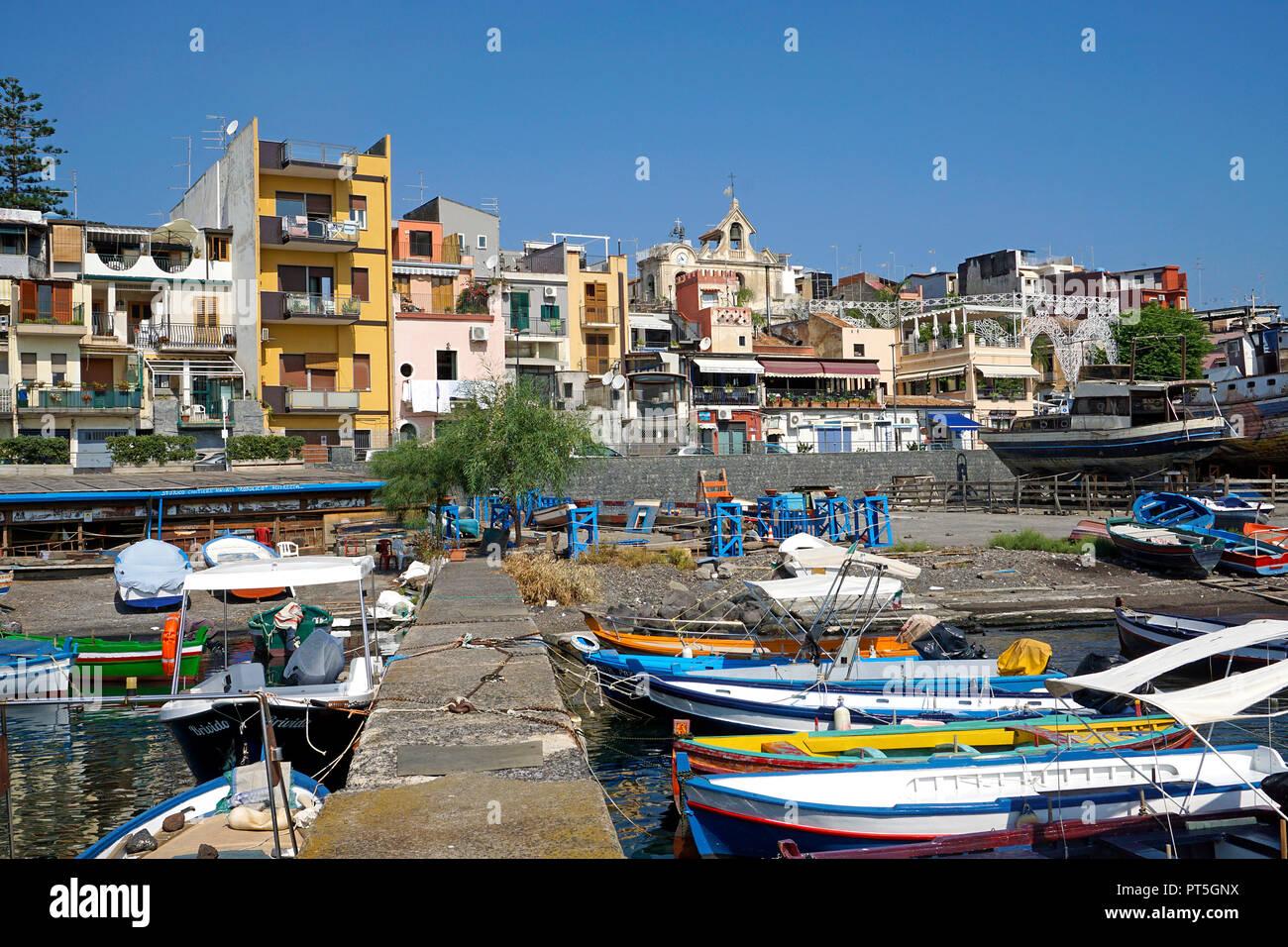 Hafen von Fischerdorf Aci Trezza, Gemeinde Aci Castello, Catania, Sizilien, Italien Stockbild