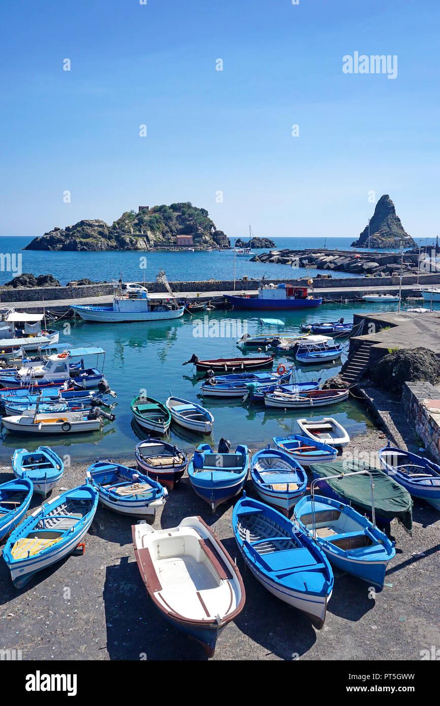 Hafen von Fischerdorf Aci Trezza, hinter der Zyklop Inseln, Gemeinde Aci Castello, Catania, Sizilien, Italien Stockbild