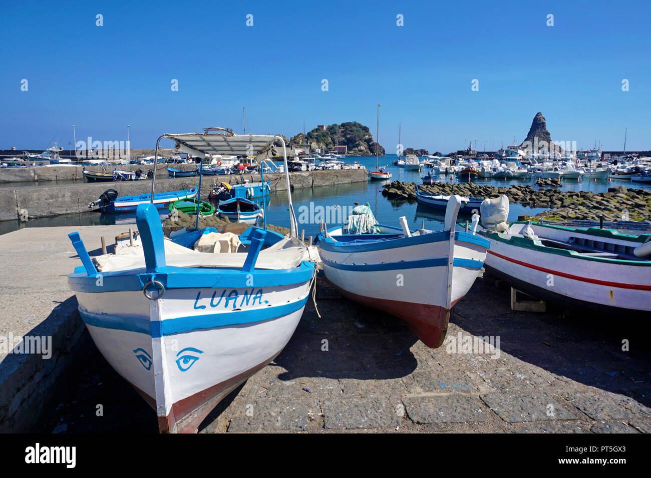 Fischerboote im Hafen von Fischerdorf Aci Trezza, hinter der Zyklop Inseln, Gemeinde Aci Castello, Catania, Sizilien, Italien Stockbild