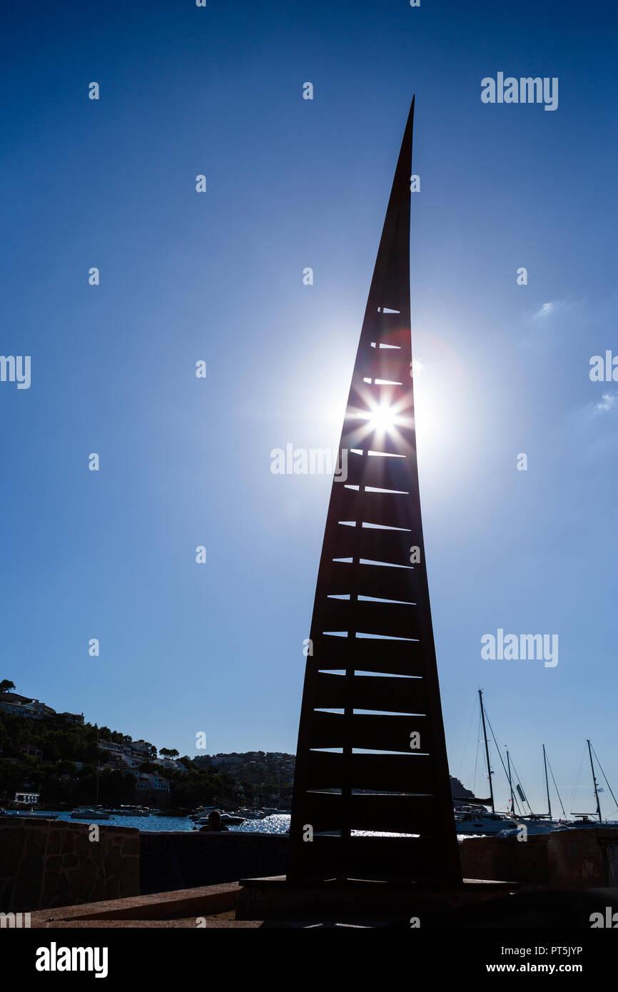 Europa Spanien Nord Südel, Hafen in Andrax, Segel Skulptur von Porto Andrax im Gegenlicht mit Sonnenstrahlen Stockbild