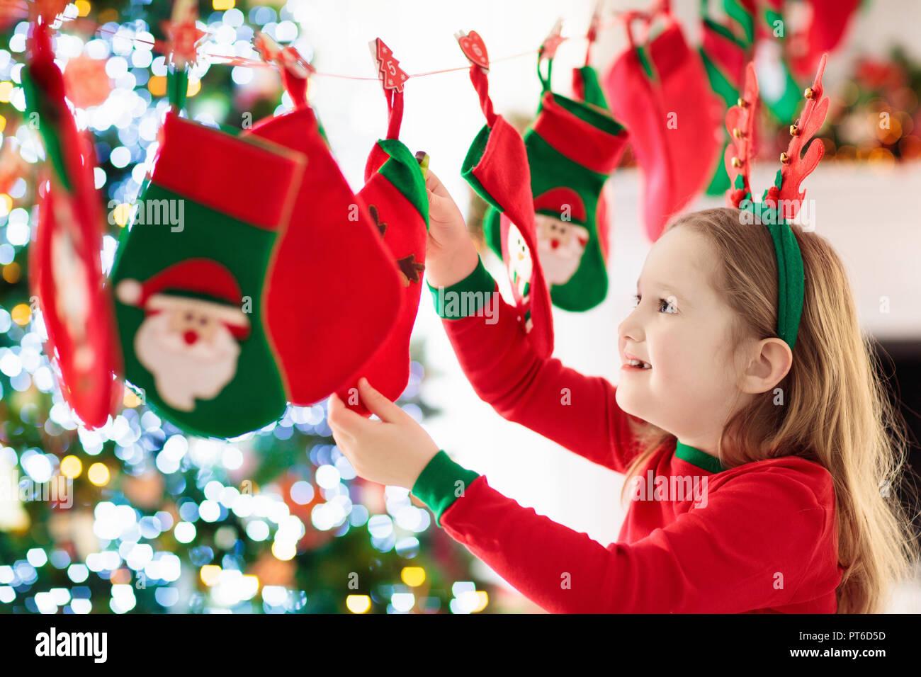 Weihnachtsgeschenke Für Familie.Kinder öffnung Weihnachtsgeschenke Kind Auf Der Suche Nach