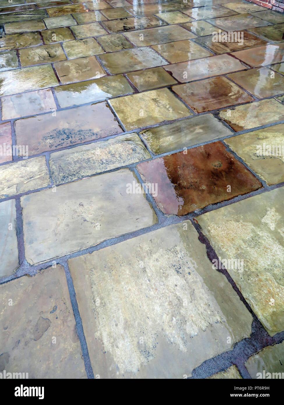Regen auf steinplatten Terrasse Steinplatten gepflasterten Bereich ...