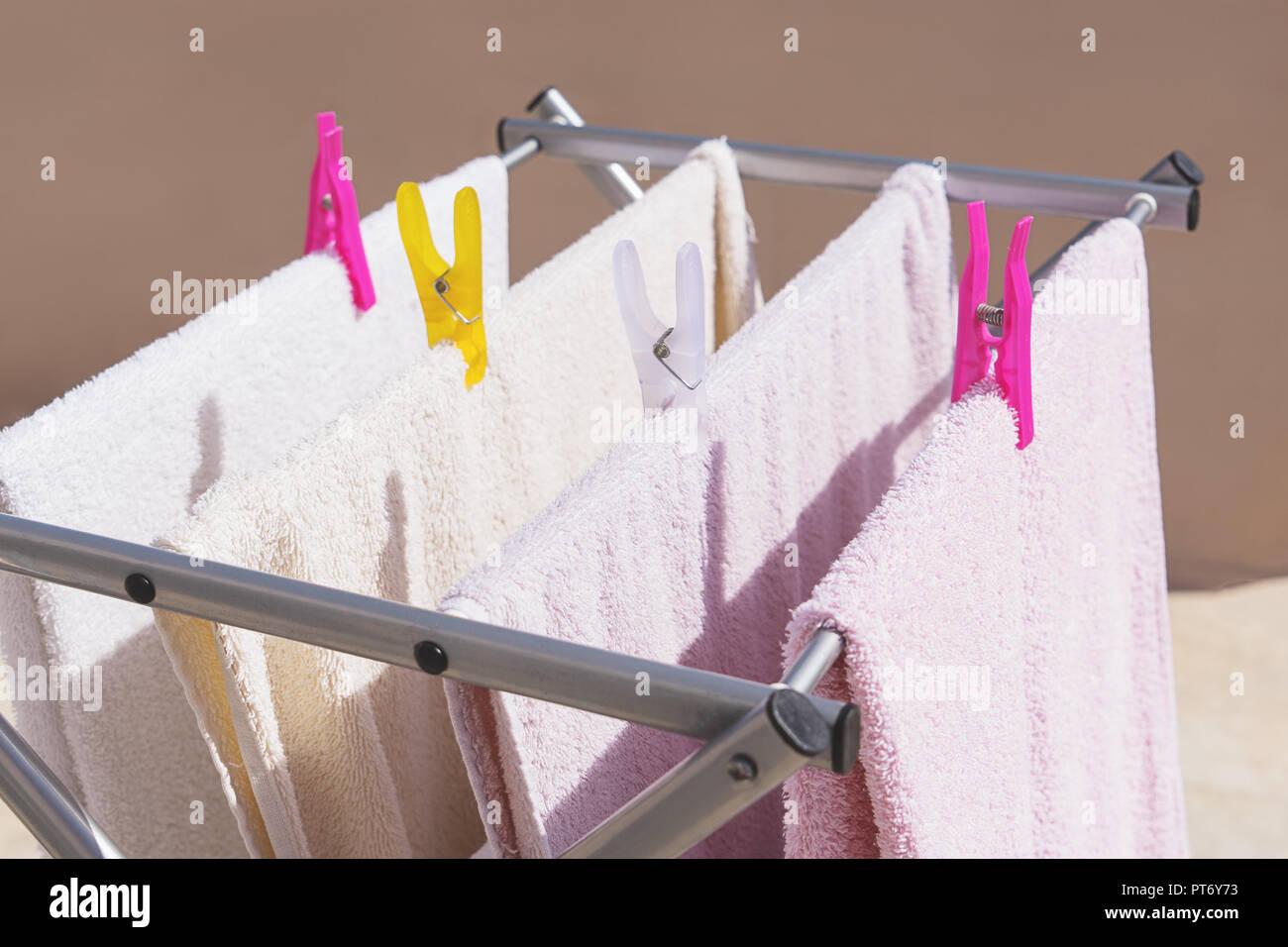Beliebt Frische saubere Handtücher trocknen auf der Wäscheleine im Freien VB45