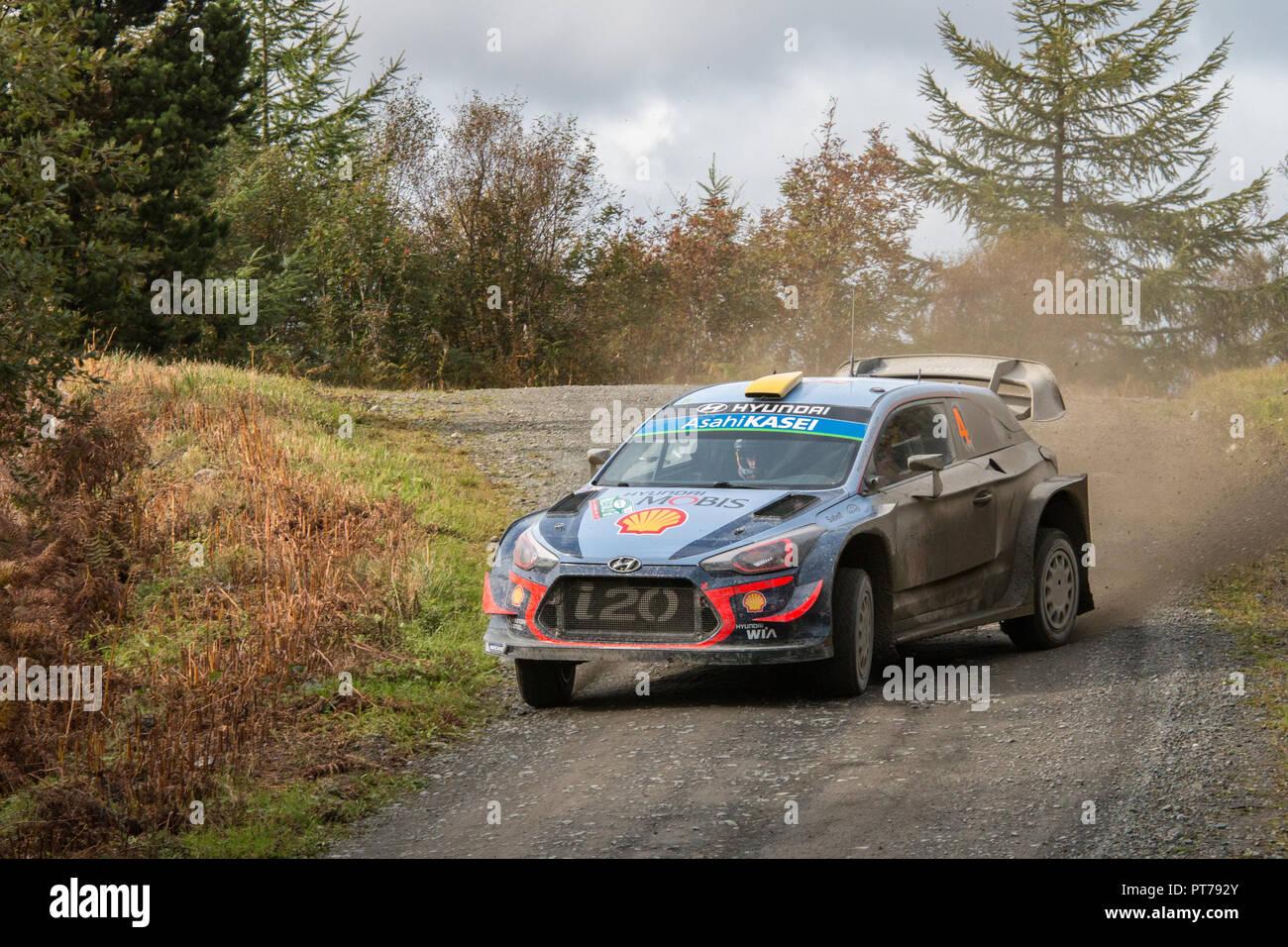 Dyfnant, UK. 6. Oktober 2018. Der Hyundai i20 WRC von Andreas Mikkelsen (Norwegen) mit der Geschwindigkeit auf dem Kies Waldwege, die Stufe 14 des 2018 Wales Rally von Großbritannien, durch den Wald in der Nähe von Dyfnant Welshpool, Powys, Wales Credit: Mike Hillman/Alamy leben Nachrichten Stockbild
