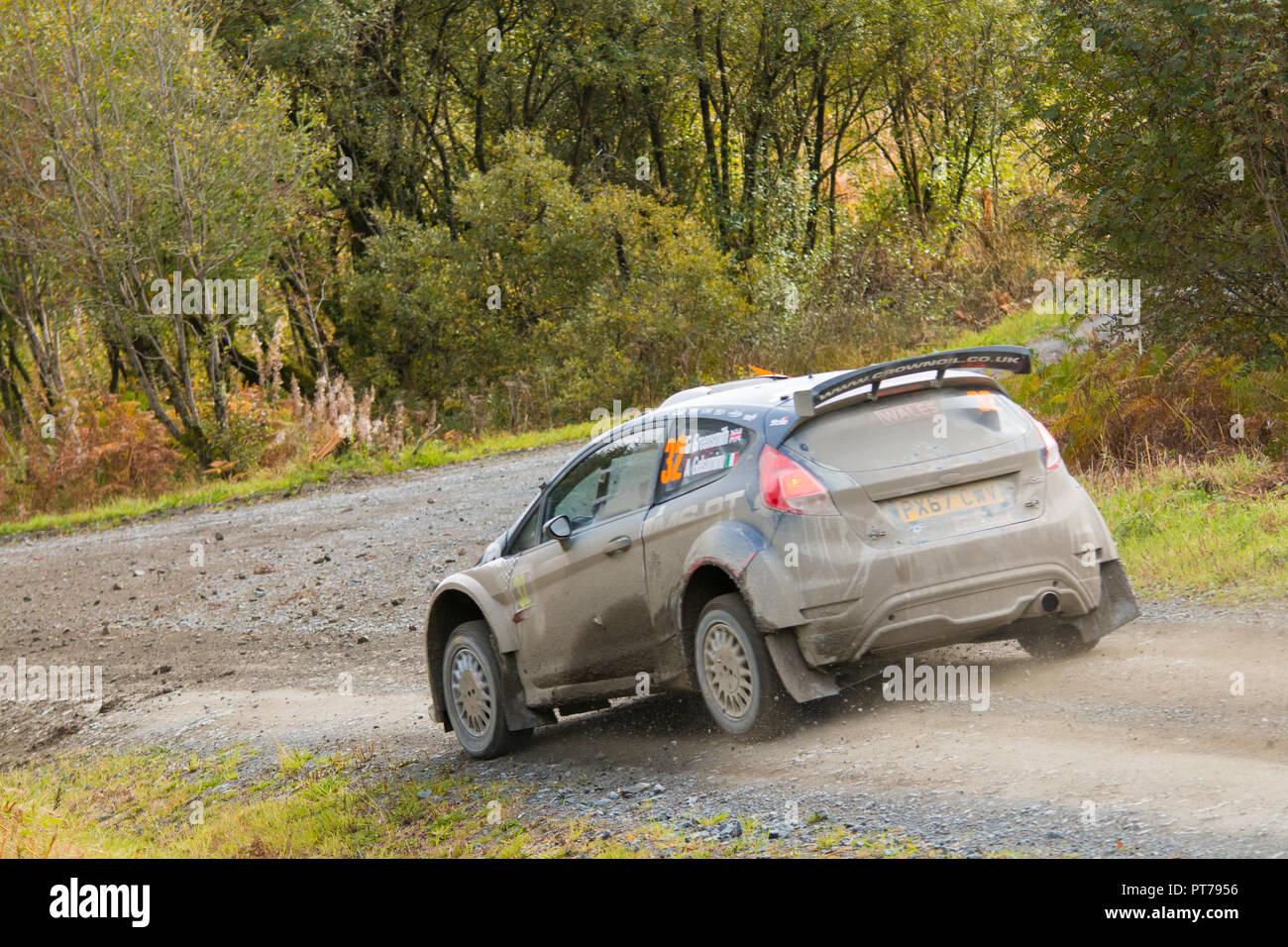 Dyfnant, UK. 6. Oktober 2018. Der Ford Fiesta R5 Rally Car, laufen in der WRC 2 Klasse, von Gus Greensmith (Großbritannien) mit der Geschwindigkeit auf dem Kies Waldwege, die Stufe 14 des 2018 Wales Rally von Großbritannien, durch den Wald in der Nähe von Dyfnant Welshpool, Powys, Wales Credit: Mike Hillman/Alamy leben Nachrichten Stockbild