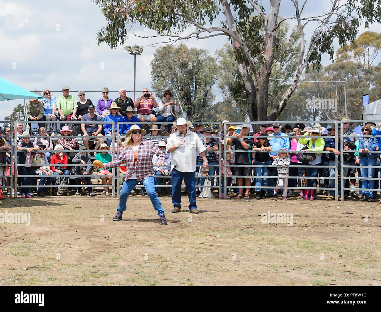 Dame an der Lufteinlassklappe werfen Wettbewerb, Australische Camp Backofen Festival 2018, Millmerran, südlichen Queensland, Queensland, Australien Stockbild