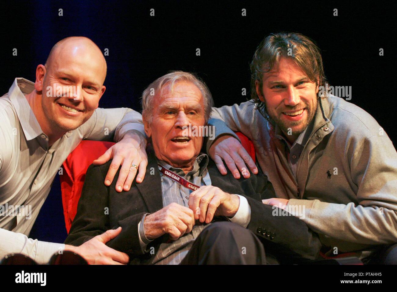 Schwedische Eishockey legendären Sven Tumba an eine Hommage Gala für ihn in der 80. Jahrestag. Herzlichen Glückwunsch, die auf ehemaligen Eishockey Profis in der NHL Mats Sundin Toronto und Peter Forsberg Colarado Stockbild