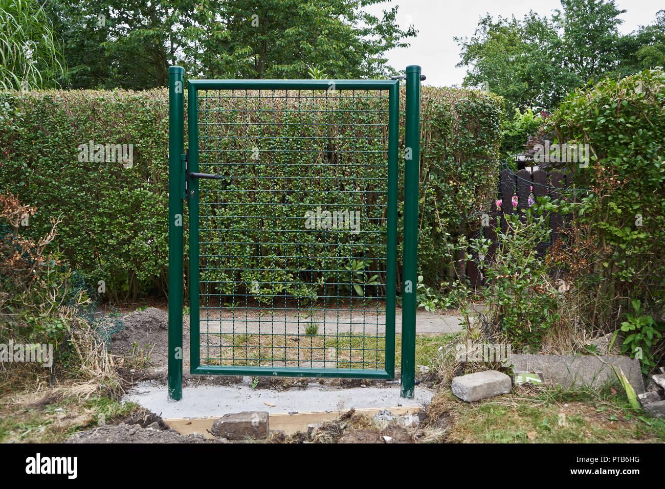 Installation Einer Neuen Grunen Gitter Metall Gartentor Und Zaun Um