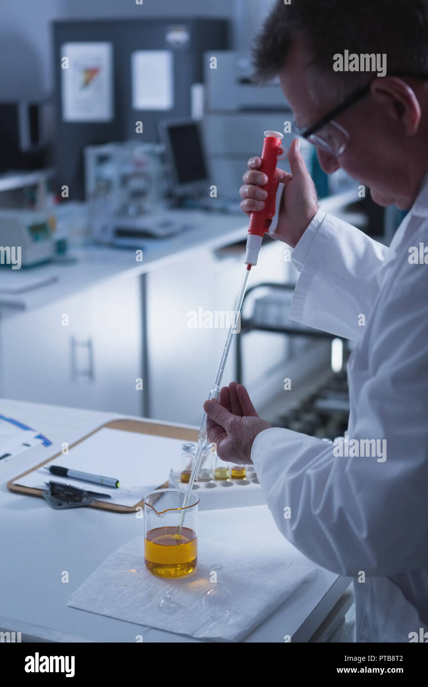 Männliche Wissenschaftler im Labor experimentieren Stockbild