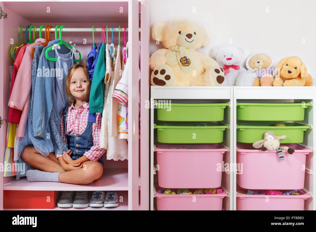Ein Kleines Kind Madchen Sitzt In Einem Schrank In Einem