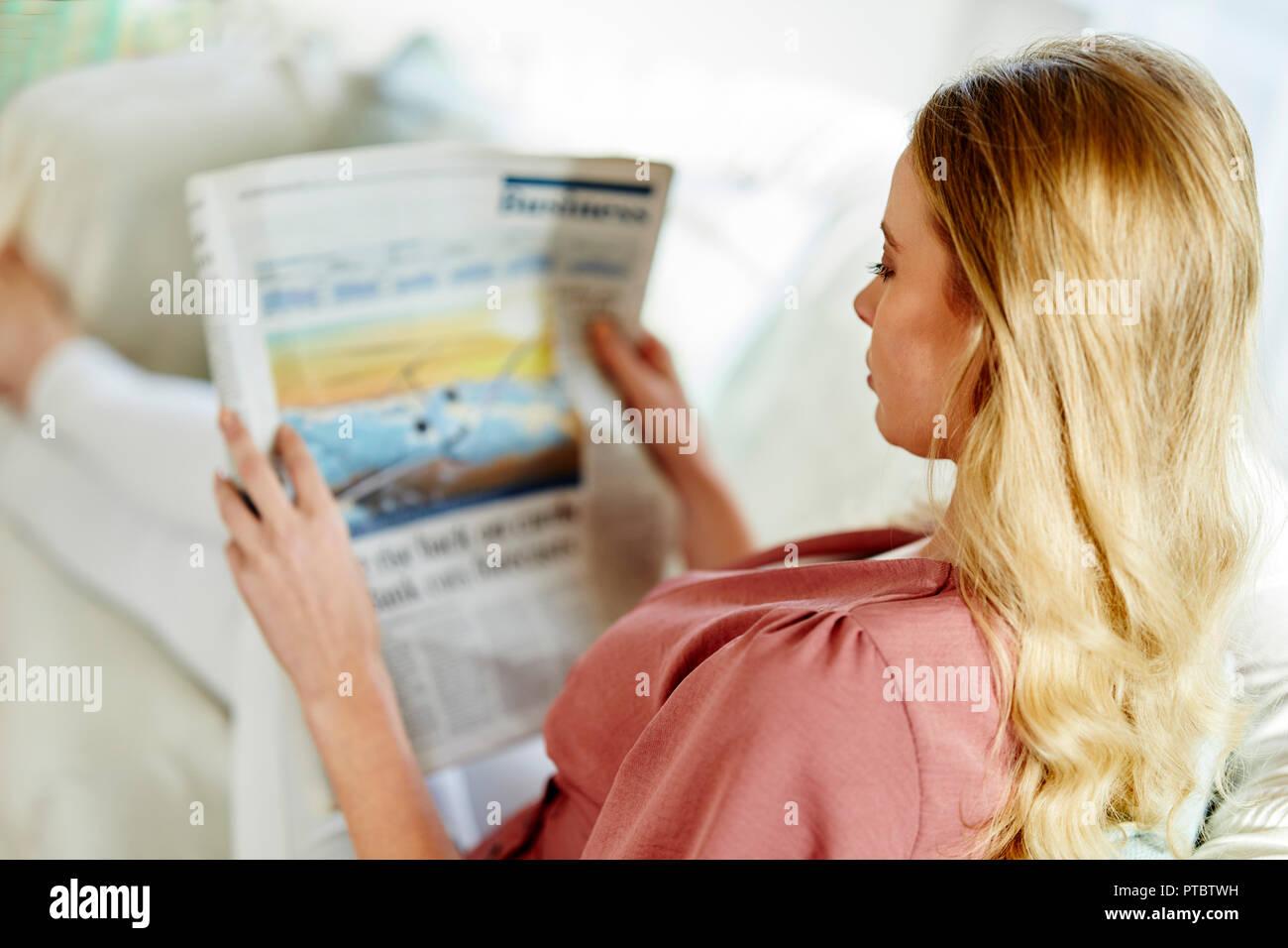 Frau mit einem finanziellen Papier Stockbild