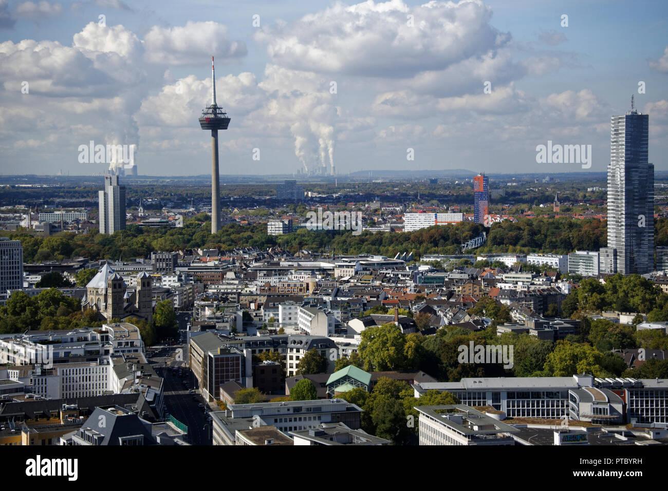Der Blick North West Von Der Aussichtsplattform Im Turm Der Gotischen Kolner Dom Zeigt Die Noch Grosser Colonius Turm Stockfotografie Alamy