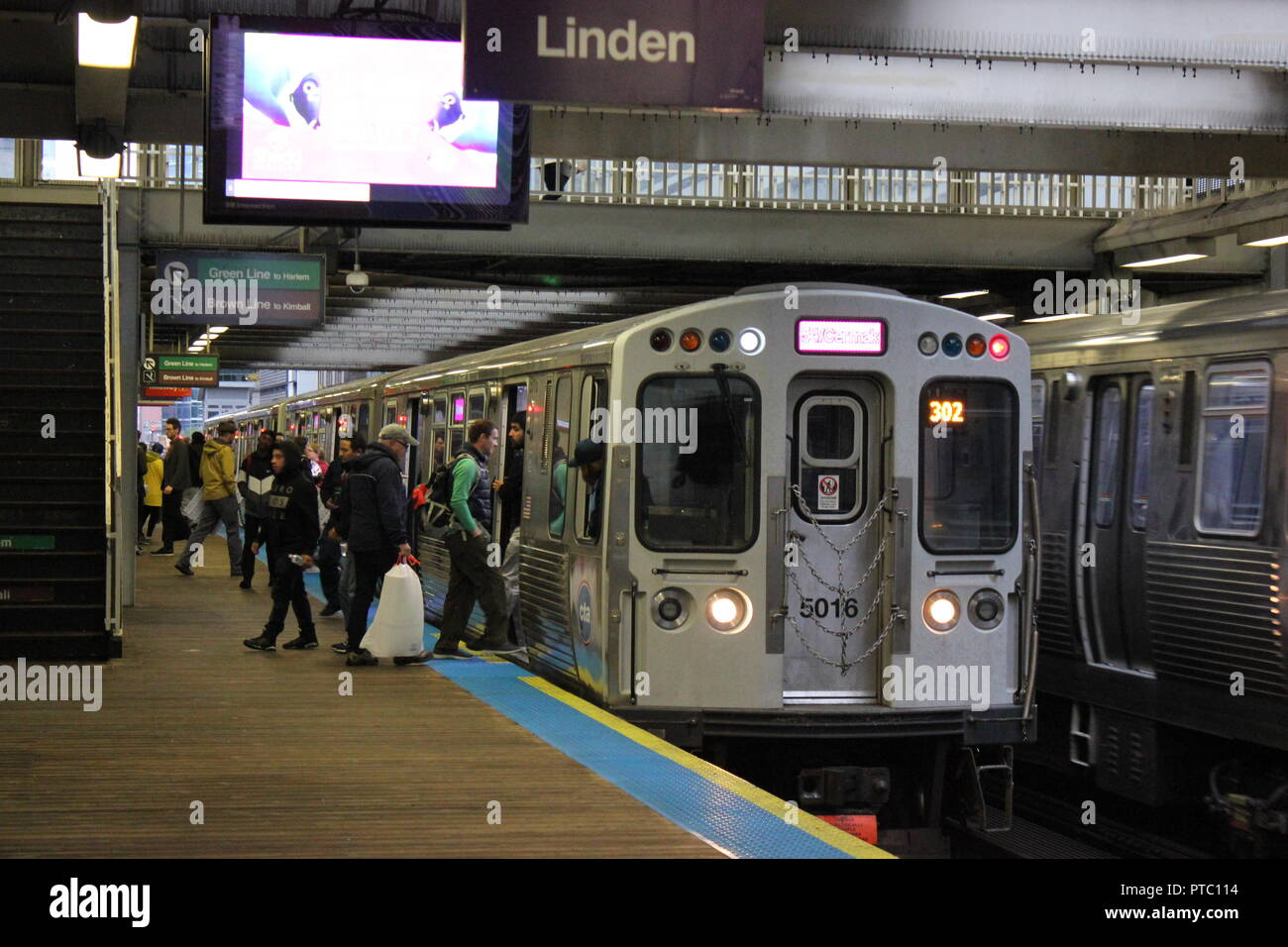 CTA Zug Segelfliegen in Chicago's Clark und See Bahnhof, Bank of America Chicago Marathon Zuschauer abzuholen. Stockbild
