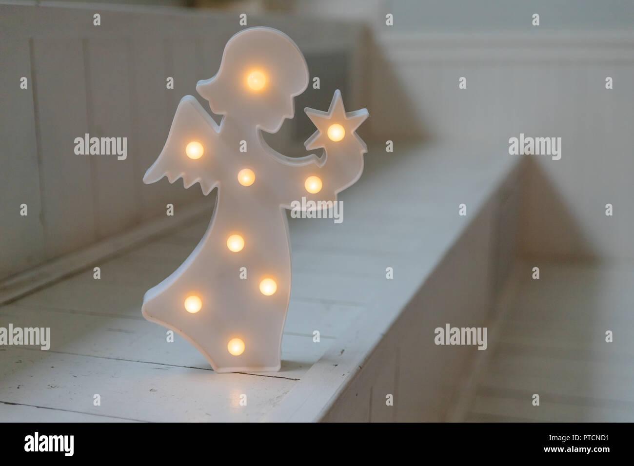 Weihnachten Engel mit Lampen auf dunklem Hintergrund weiß ...