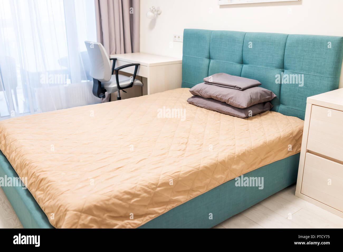 Nahaufnahme des Minimalismus Bett mit grün blau türkis ...