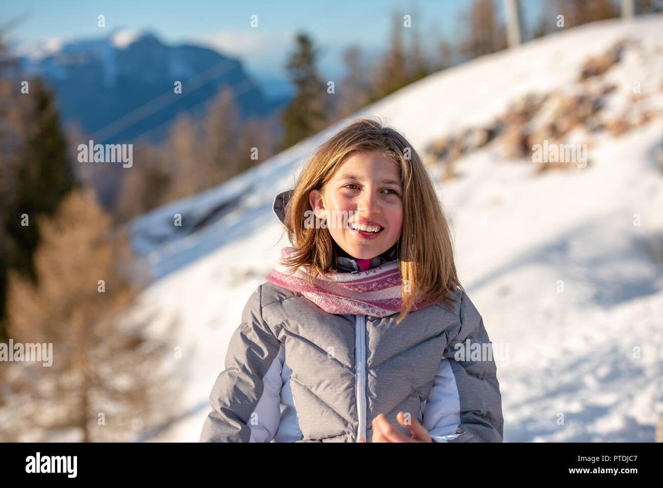 sports shoes 30c8b 95b06 Cute Baby Mädchen mit Winterkleidung im Schnee Stockfoto ...