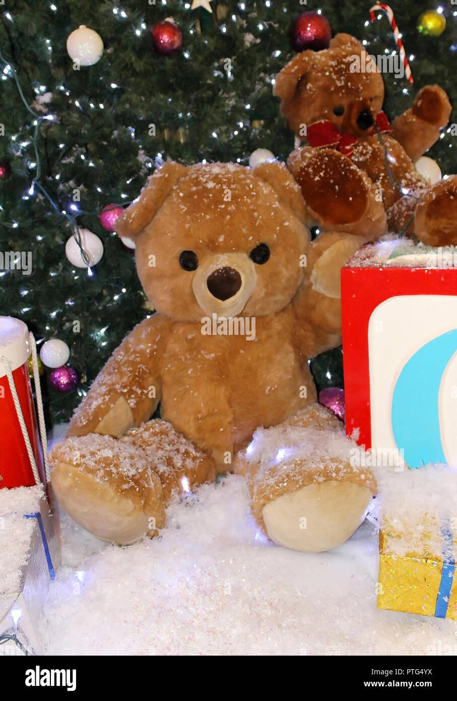 Weihnachtsbaum Fällen.Teddybär Spielzeug In Fake Schnee Unter Geschmückten Weihnachtsbaum