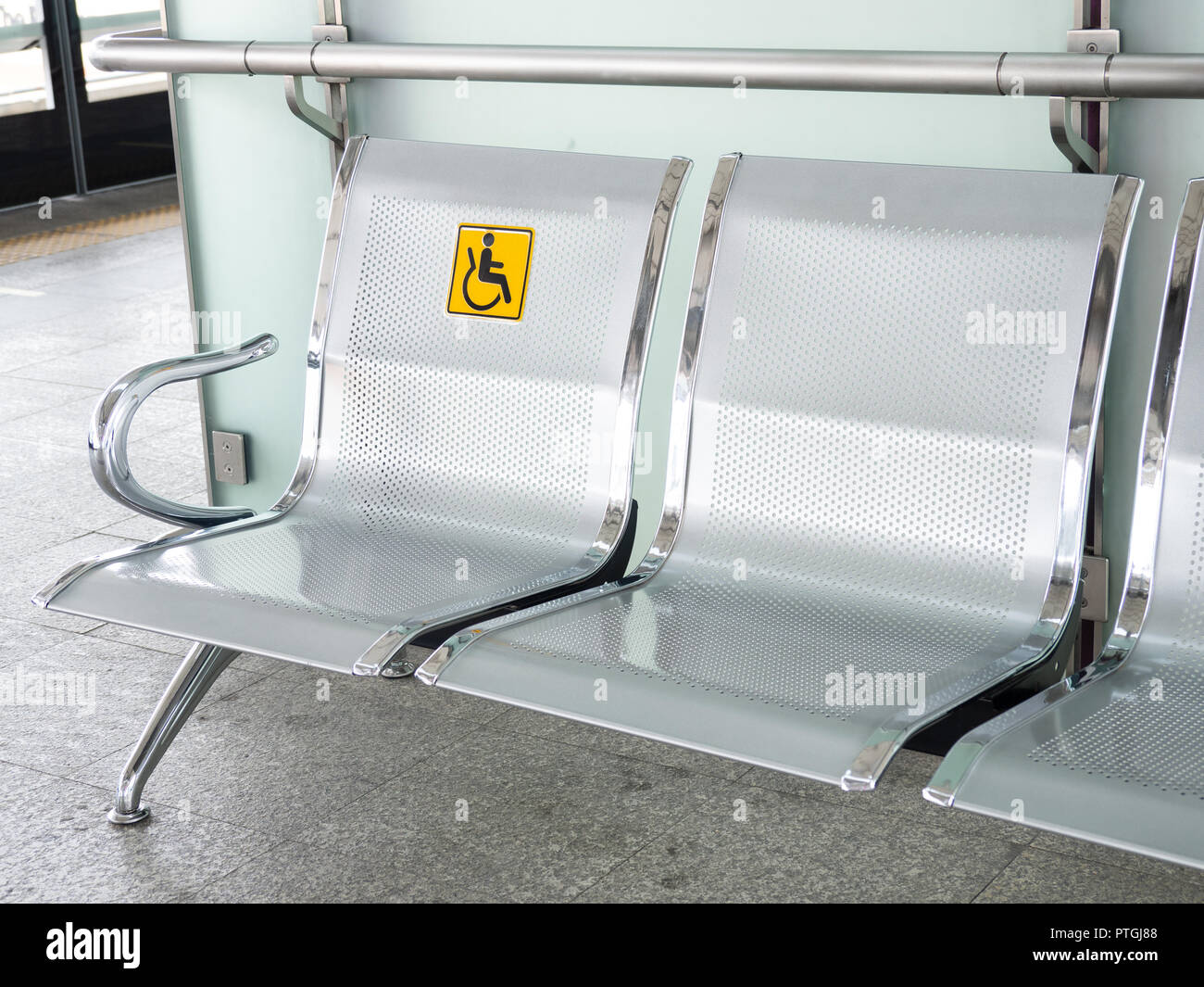 Behinderten signage die Edelstahl Bahnhof mit Stühle den in thrQCxsd