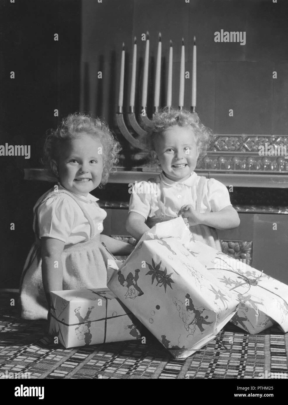 Weihnachtsgeschenke In Schweden.Weihnachten In Den 1950er Jahren Ein Paar Der Mädchen öffnen Ihre