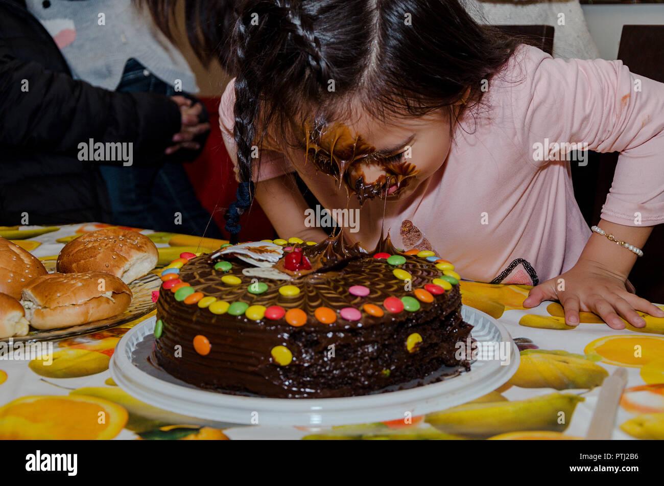 6 Jahriges Madchen Ihren Geburtstag Feiern Indem Sie Ihr Gesicht In