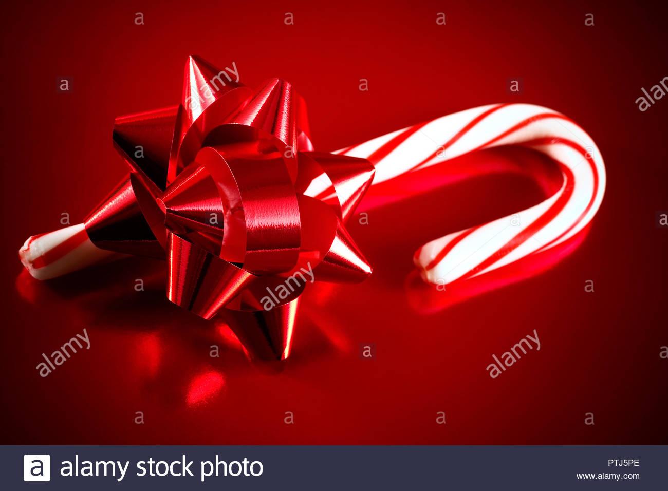 Weihnachtsbilder Suchen.Rote Folie Bogen Und Candy Cane Auf Rotem Grund Für Themen